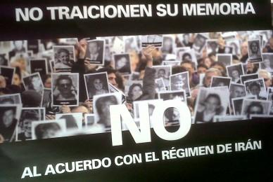 Los carteles que exhibimos varios diputados de la oposición